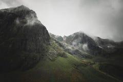在山在弗拉克斯塔村庄附近,noregian罗弗敦群岛海岛的看法 库存图片
