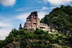 在山坡的一座老城堡在莱茵河 免版税库存照片