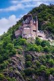 在山坡的一座老城堡在莱茵河 免版税库存图片