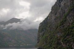 在山坡的低阴云密布 盖朗厄尔峡湾,斯特兰达,挪威 免版税库存照片