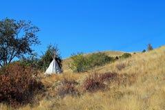 在山坡的圆锥形帐蓬 库存图片