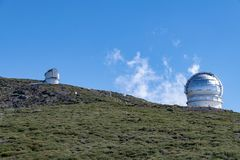 在山坡的天文望远镜在洛克de los Muchachos,拉帕尔玛岛,加那利群岛,西班牙 图库摄影