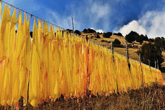 在山坡的很多西藏人祷告旗子 库存图片