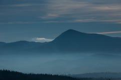 在山坡的早晨雾 喀尔巴阡山脉的山顶视图 乌克兰,欧洲 颜色定调子 低对比 库存图片