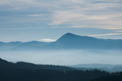 在山坡的早晨雾 喀尔巴阡山脉的山顶视图 乌克兰,欧洲 颜色定调子 低对比 免版税库存照片