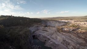 在山坡的石猎物,鸟瞰图寄生虫 股票视频