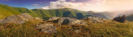 在山坡的锋利的石头,在山脉顶部 免版税库存图片