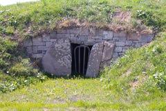 在山坡的洞 免版税库存图片