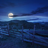 在山坡草甸的篱芭山的在晚上 库存照片
