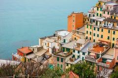 在山坡builded的五颜六色的房子 库存照片