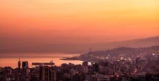 在山城市的日落 库存照片