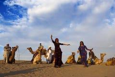 在山姆沙丘的文化舞蹈在Jaisalmer 免版税库存照片