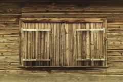 在山客舱的闭合的木快门 库存图片