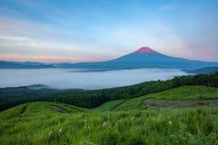 在山富士顶部的红颜色在夏天 免版税库存图片