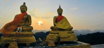 在山寺庙的Buddhas观看的日落 库存照片