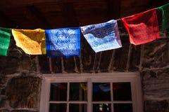 在山小屋的五颜六色的喜马拉雅祷告旗子 库存图片