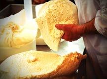 在山小屋的老牛奶店做的新鲜的干酪 免版税图库摄影