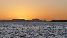 在山小山的美好的金黄日落,伊古迈尼察海岸,希腊 影视素材