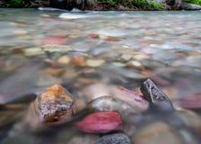 水在山小河冲过去被暴露的岩石 图库摄影