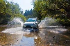 在山小河的地形汽车 免版税库存照片