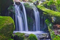 在山小河的美丽的瀑布 免版税库存照片