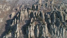 在山山坡的巨大和异常的形状的岩层与灌木和小树 射击 鸟瞰图 影视素材