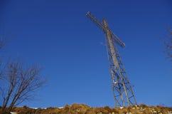 在山山顶的十字架 库存照片