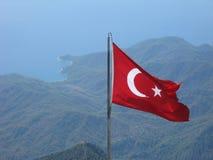 在山山顶的土耳其国旗 免版税库存图片