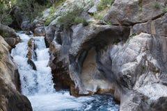 在山峡谷Sapadere的强有力的水流量 库存图片