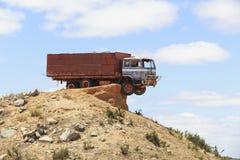 在山峭壁停放的被放弃的卡车 免版税库存图片
