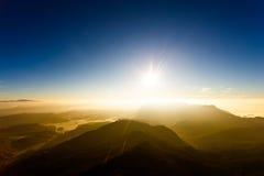 在山峰风景的年轻自由 免版税图库摄影