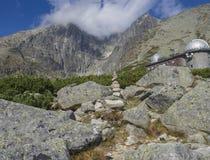 在山峰Lomnicky stit 2的看法在云彩包括的634 m在夏天用Skalnate pleso观测所,其次高山p 免版税库存图片