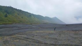 在山布罗莫火山上面的Mountainbiking  免版税库存照片