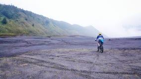 在山布罗莫火山上面的Mountainbiking  库存图片