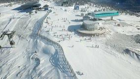 在山挡雪板和滑雪者顶部 影视素材