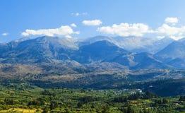 在山掩藏的一个小和平安的村庄,克利特海岛,希腊 图库摄影
