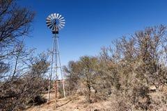 在山斑马国家公园的恶劣的偏僻的风车 免版税图库摄影