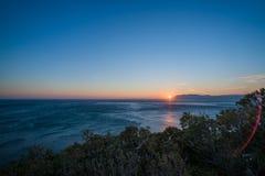 在山新罗西斯克后的太阳集合 库存图片