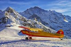 在山机场的黄色红色飞机在瑞士阿尔卑斯 库存照片