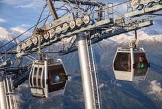 在山森林背景关闭的两间空中览绳滑雪电缆车客舱看法 库存图片
