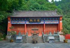 在山武当的古老中国寺庙在森林里 库存图片