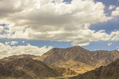 在山沙漠的美丽的阴云密布 免版税库存图片