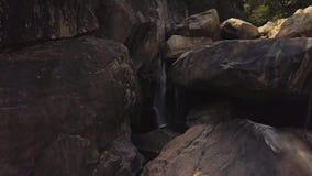 在山河天线风景的岩石瀑布 流程在山瀑布的河水在狂放的森林寄生虫视图 股票录像
