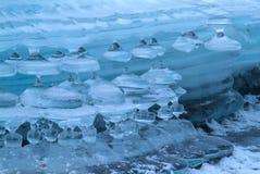 在山河的冰柱 免版税库存图片