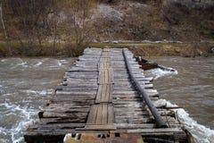 在山河的木桥梁 免版税图库摄影