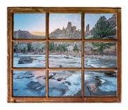 在山河的窗口视图 免版税库存照片