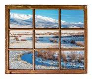 在山河的窗口视图 免版税库存图片