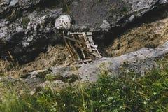 在山河的老木桥在夏天,顶视图 库存照片