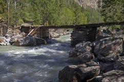 在山河的老被毁坏的桥梁 免版税图库摄影