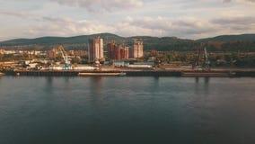 在山河的鸟瞰图飞行立场驳船 股票录像